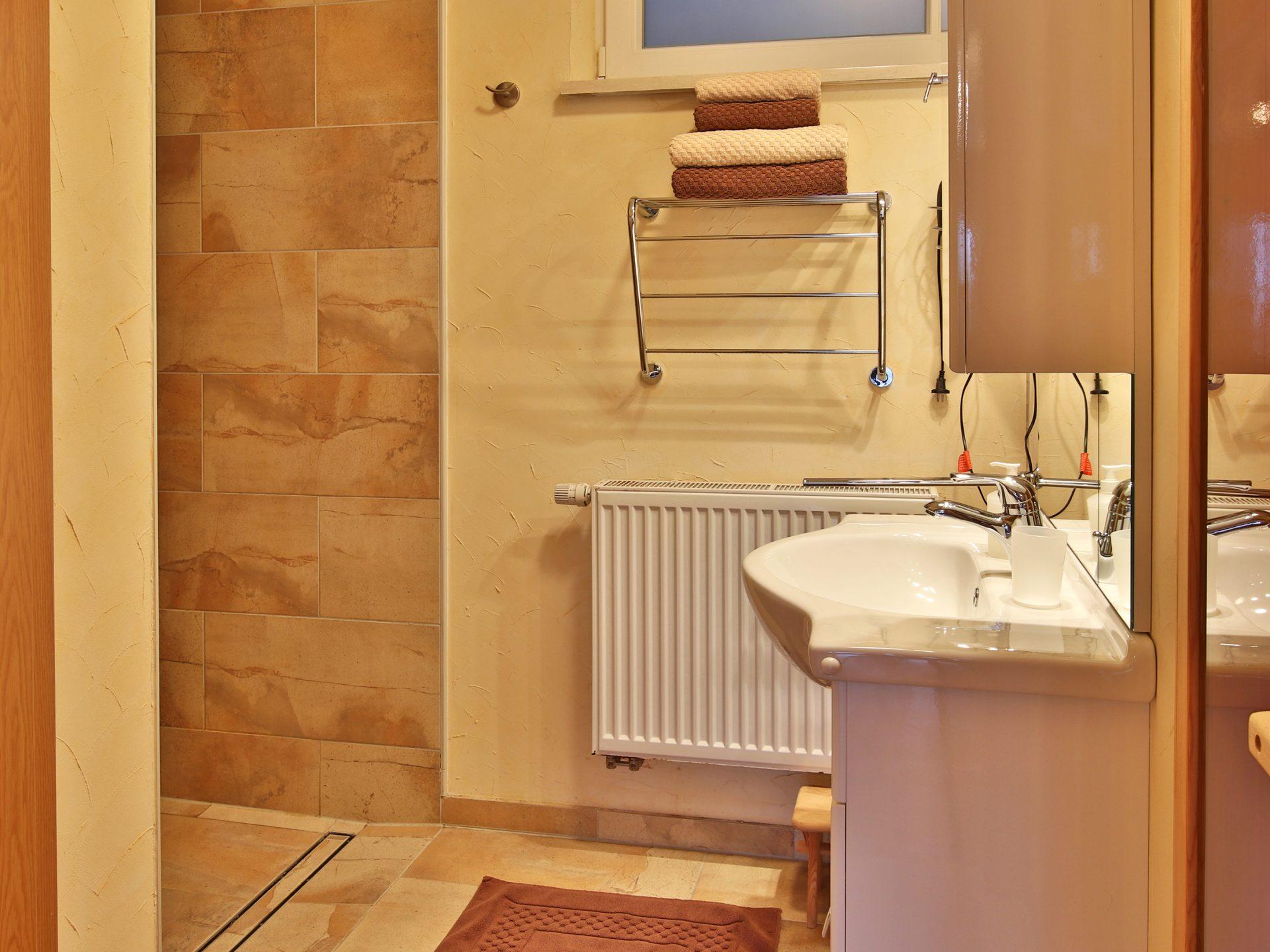 Badezimmer mit Dusche, WC und Sauna